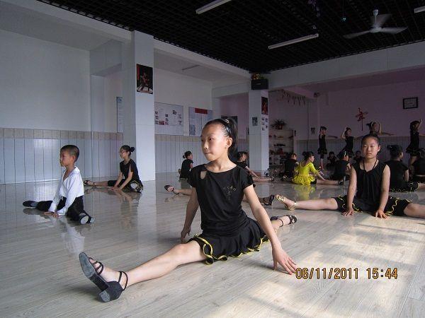 少儿拉丁舞表演发型; 拉丁舞比赛发型;