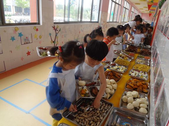 """在六一儿童节到来之际,幼儿园特筹备""""快乐自助餐""""活动,6月1日中午幼儿"""