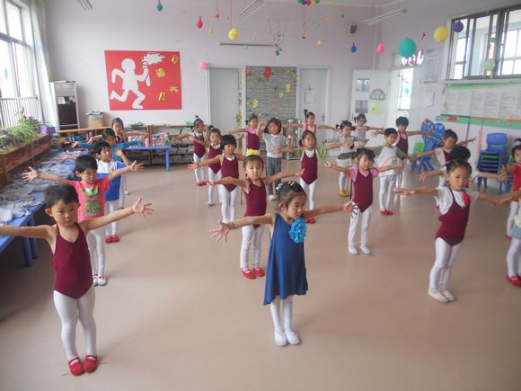 四,学习幼儿舞蹈《牛奶歌》,通过模仿动物的动作,使幼儿大胆表现自己