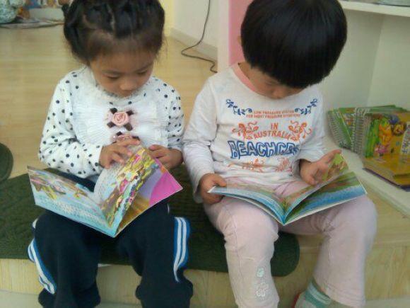 可爱的小朋友在看书